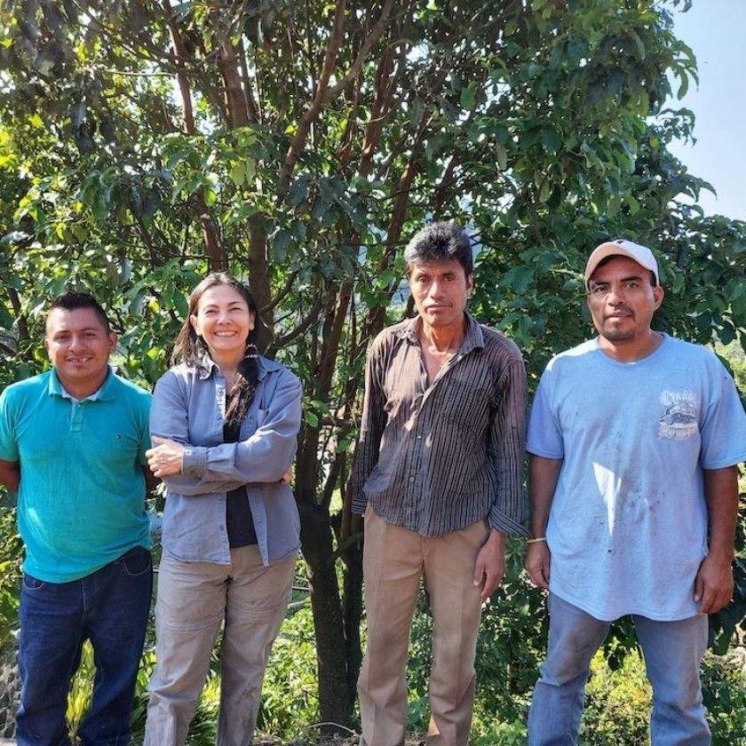 gaby con agricultores post cafe amargura ethichub